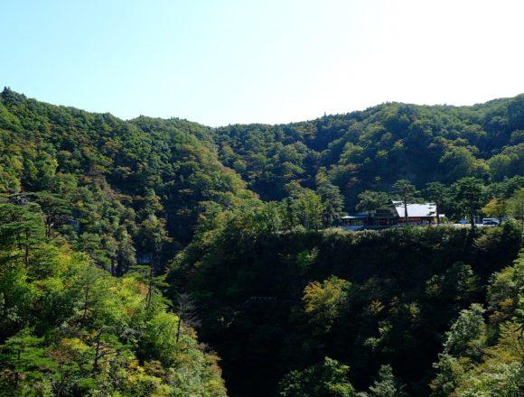 鳴子大橋から見た鳴子レストハウスの風景