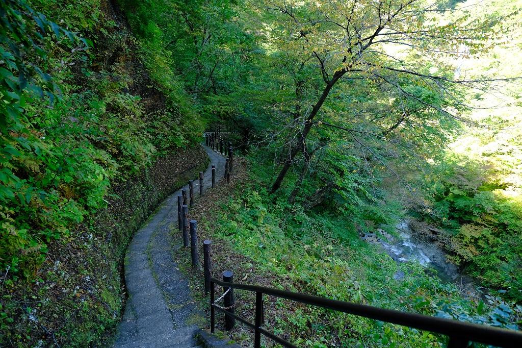 鳴子峡の遊歩道の景色の写真