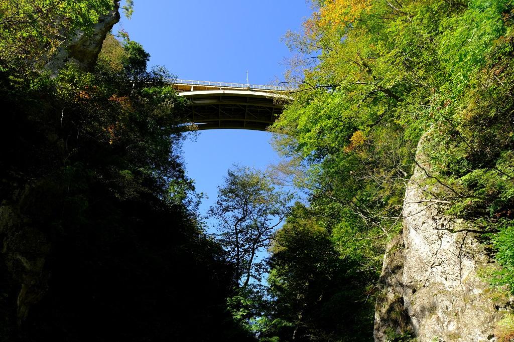 鳴子大橋を直下から撮影した写真!
