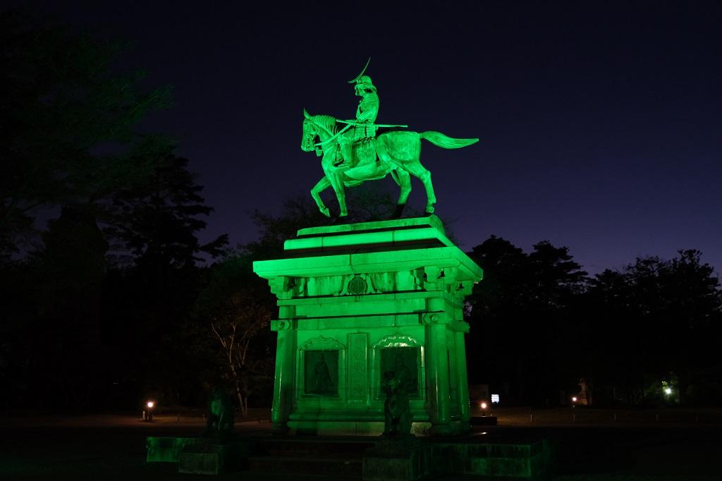 仙田徐公園の伊達政宗公の銅像のライトアップ写真