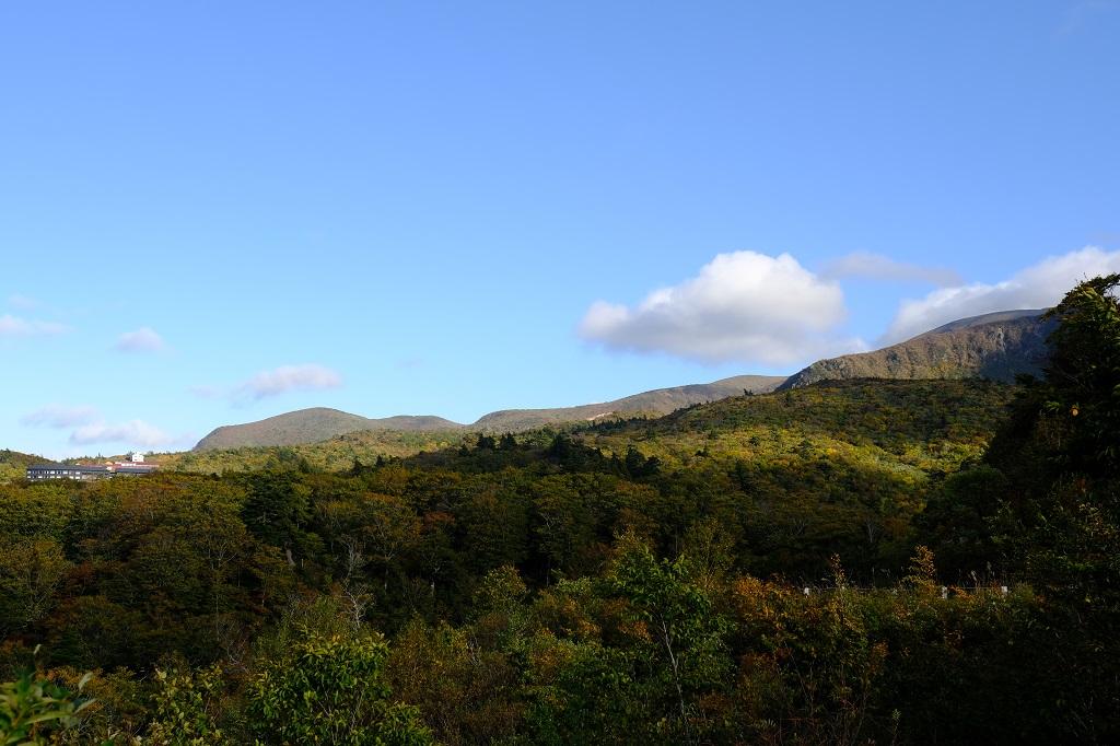 須川湖から見た栗駒山(須川岳)の紅葉の写真