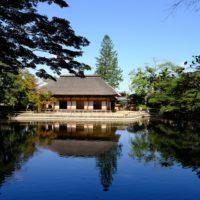 有備館が池に映る風景