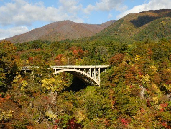 鳴子レストハウスから見た鳴子峡の紅葉の写真