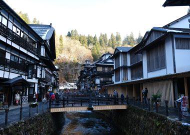 銀山温泉お昼日中の写真