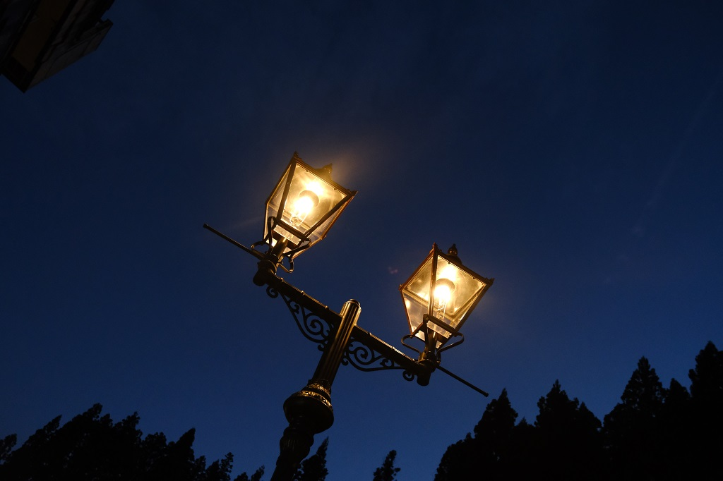 銀山温泉の夜のガス灯の写真