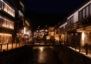 銀山温泉の夜の風景の写真
