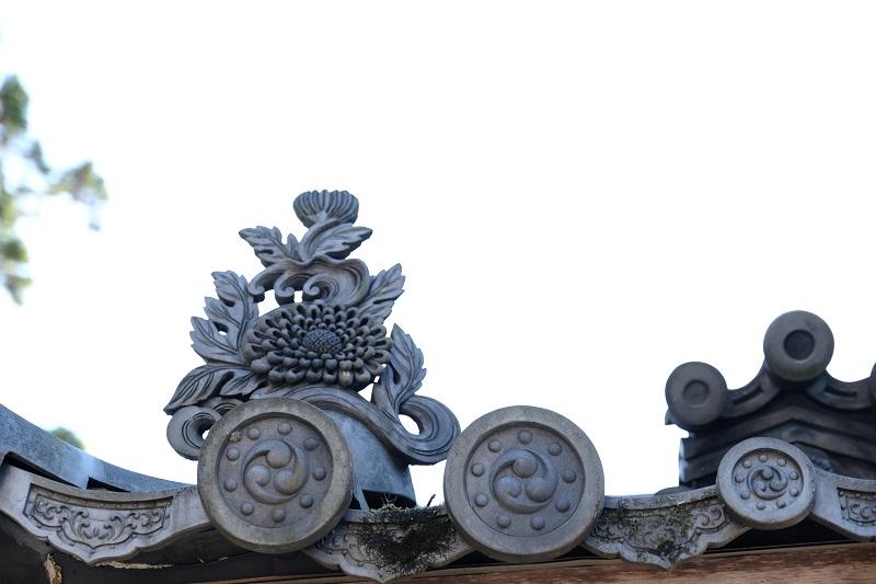 注尊山門の瓦の文様