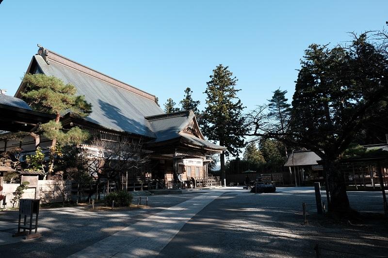 中尊寺本堂の写真を横側から