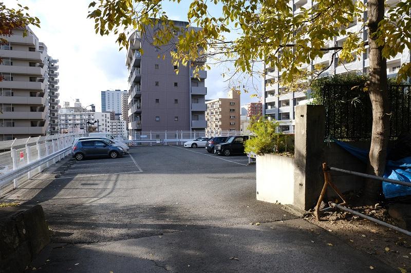 榴ヶ岡天満宮の駐車場の写真