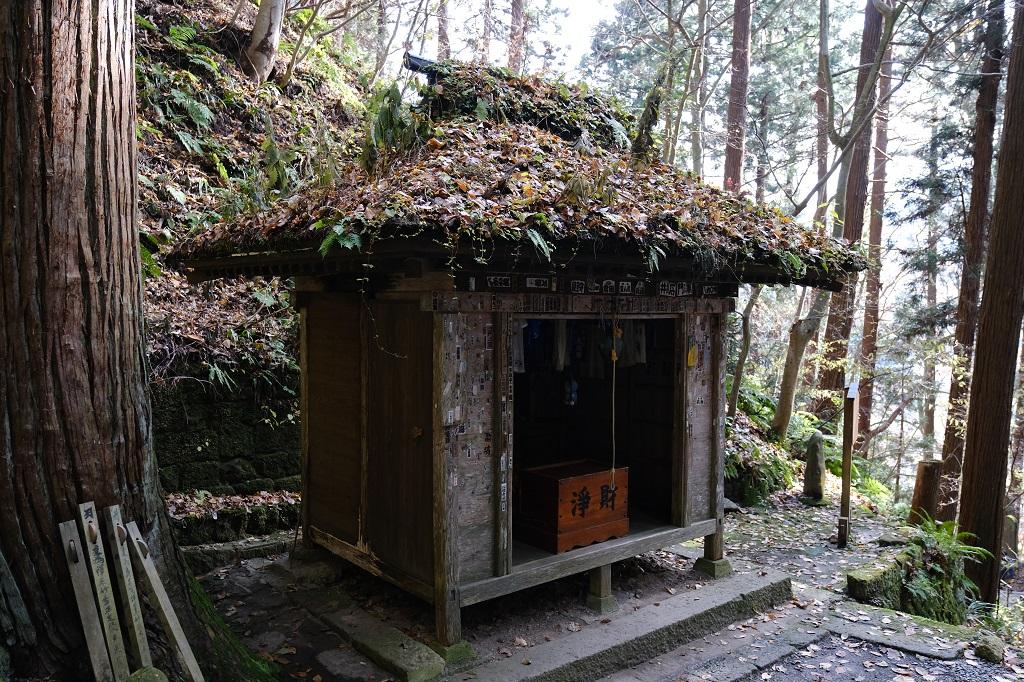 山寺立石寺の巡拝の階段と遊歩道の風景写真