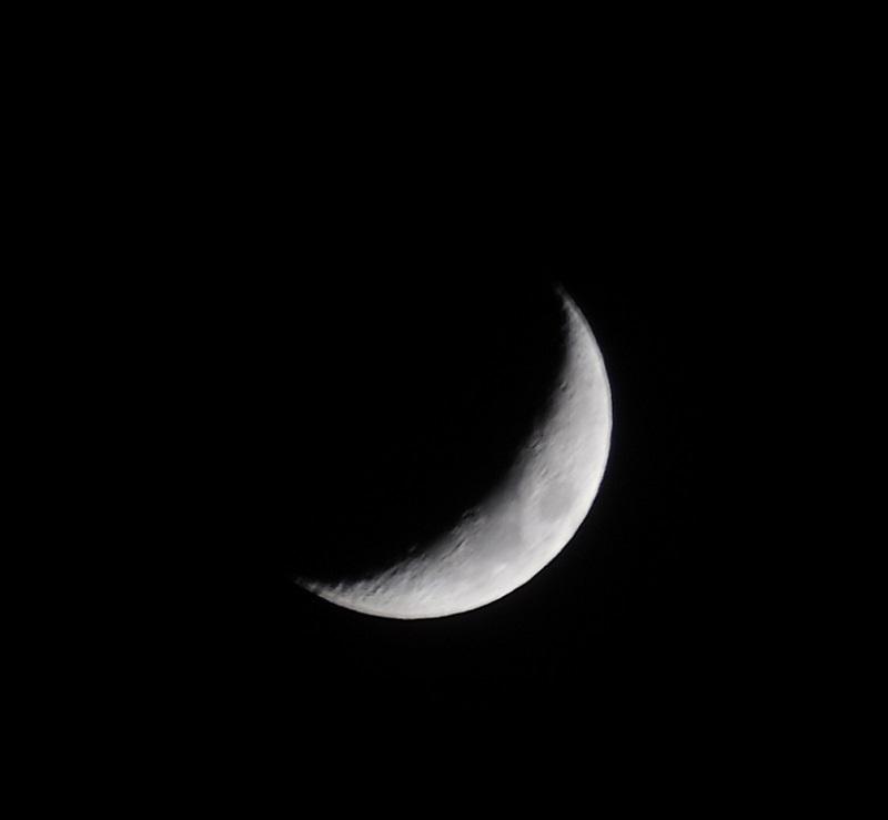 三日月の次の日の月の写真