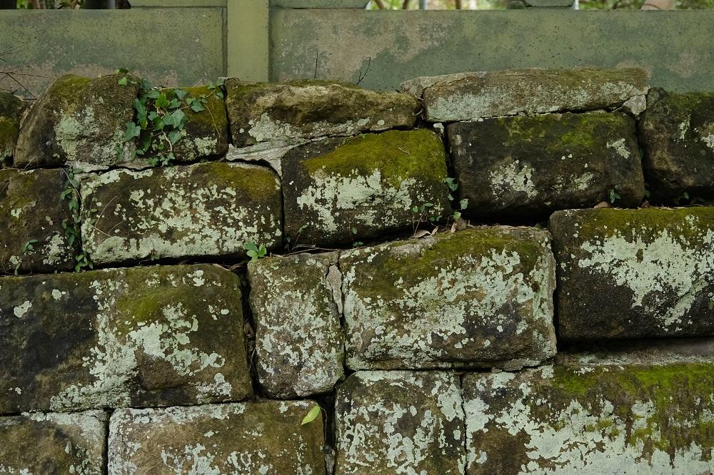 寿福寺山門脇の石垣