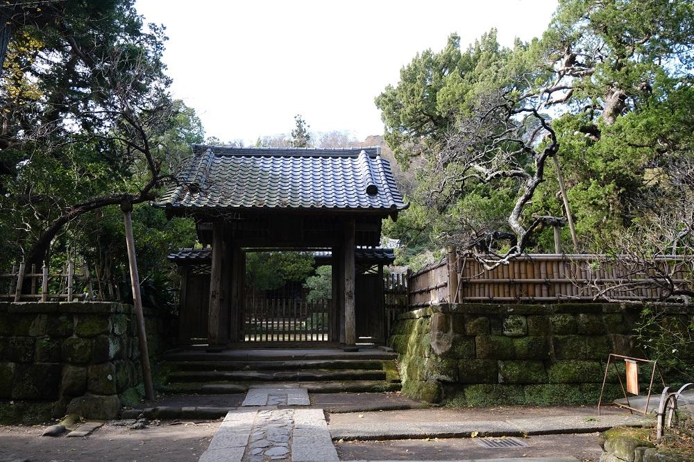 寿福寺の本殿の正門の写真