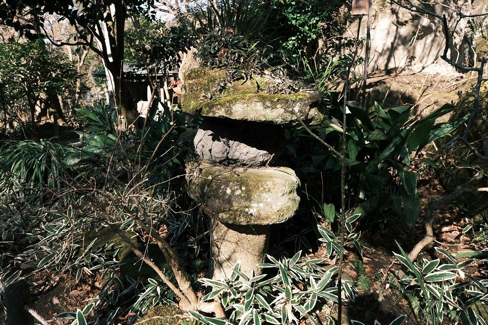 明月院の石灯篭の1月の風景写真