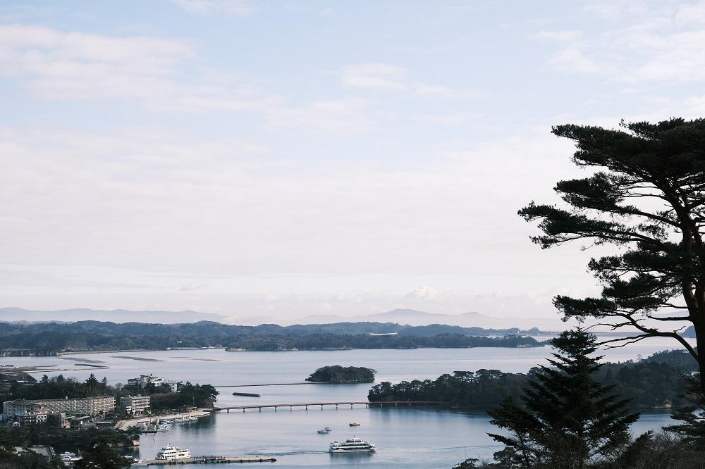 西行戻しの松公園から見た福浦橋の風景写真