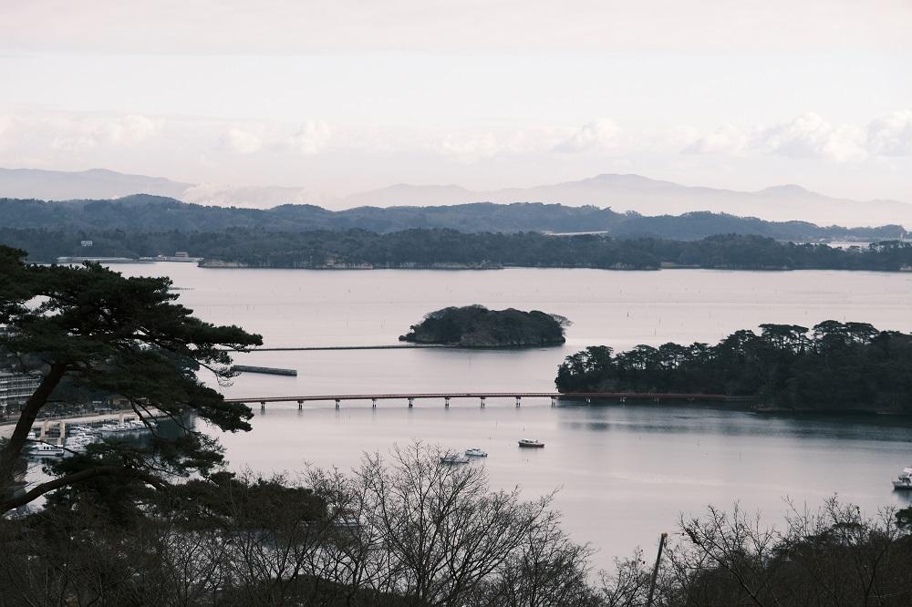 西行戻しの松公園のカフェロマンの左わきから撮影した福浦橋