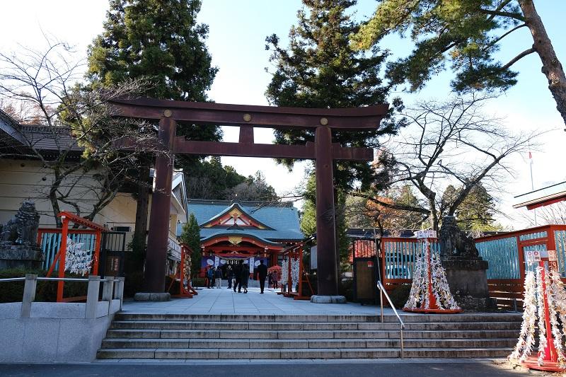 仙田護国神社の入り口の門の風景写真