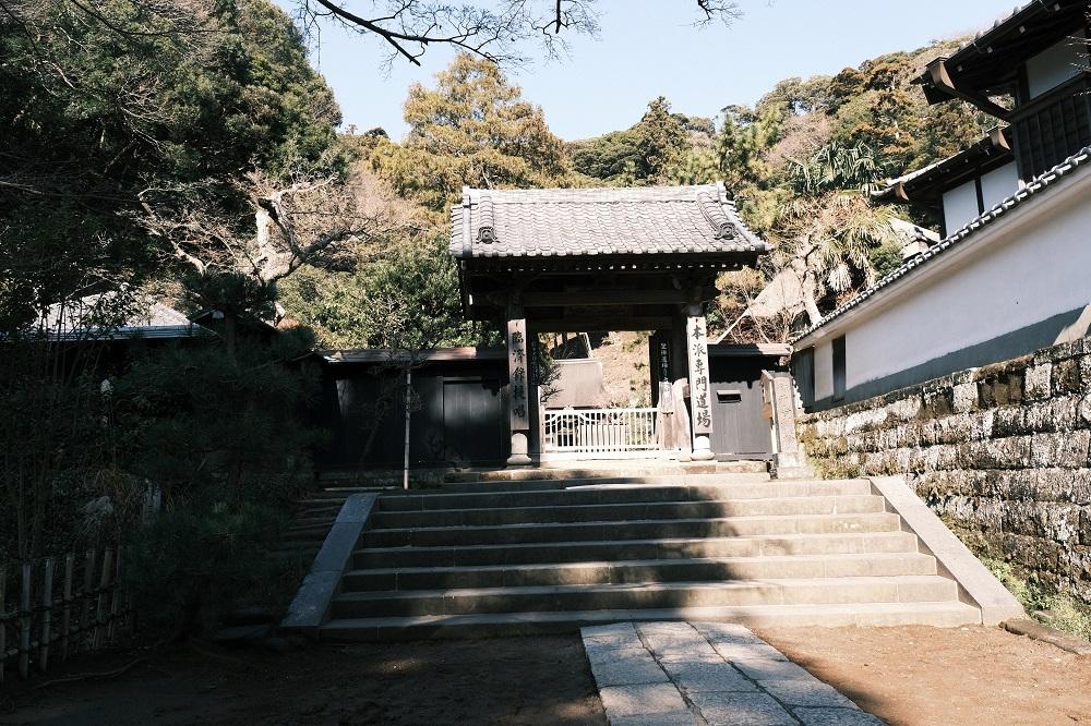 舎利殿の正門の風景