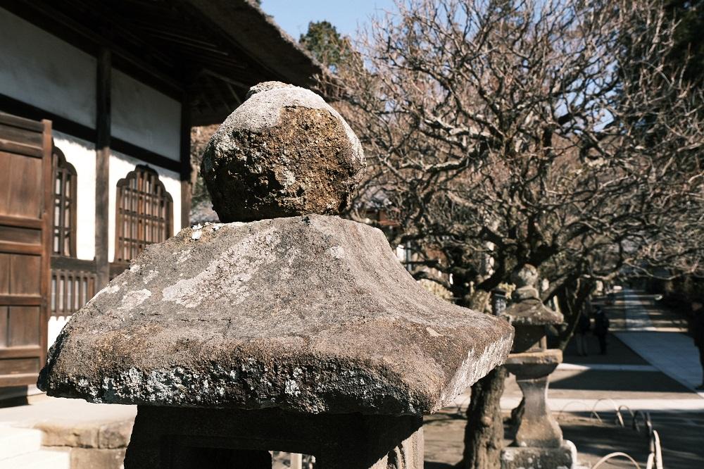方丈脇の石灯篭の写真
