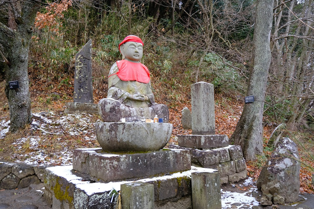 中尊寺月見坂の入り口の地蔵さんの写真