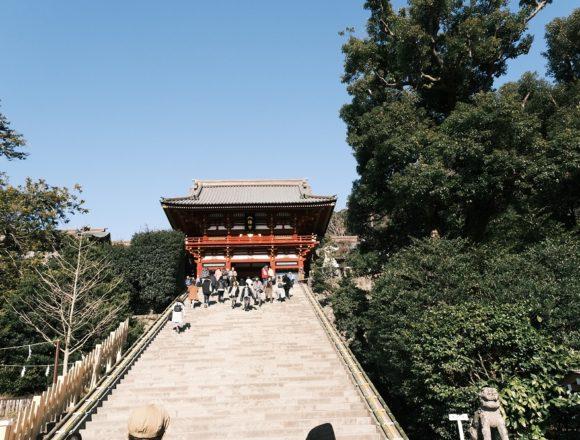 鶴岡八幡宮の急な石段と本殿