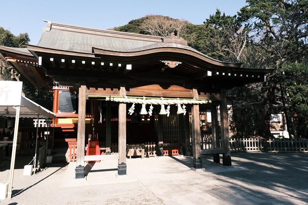 鶴岡八幡宮の祈祷書のわきの神社