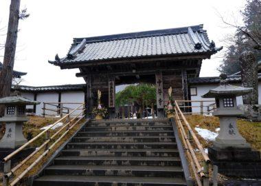 中尊寺の正門の山門