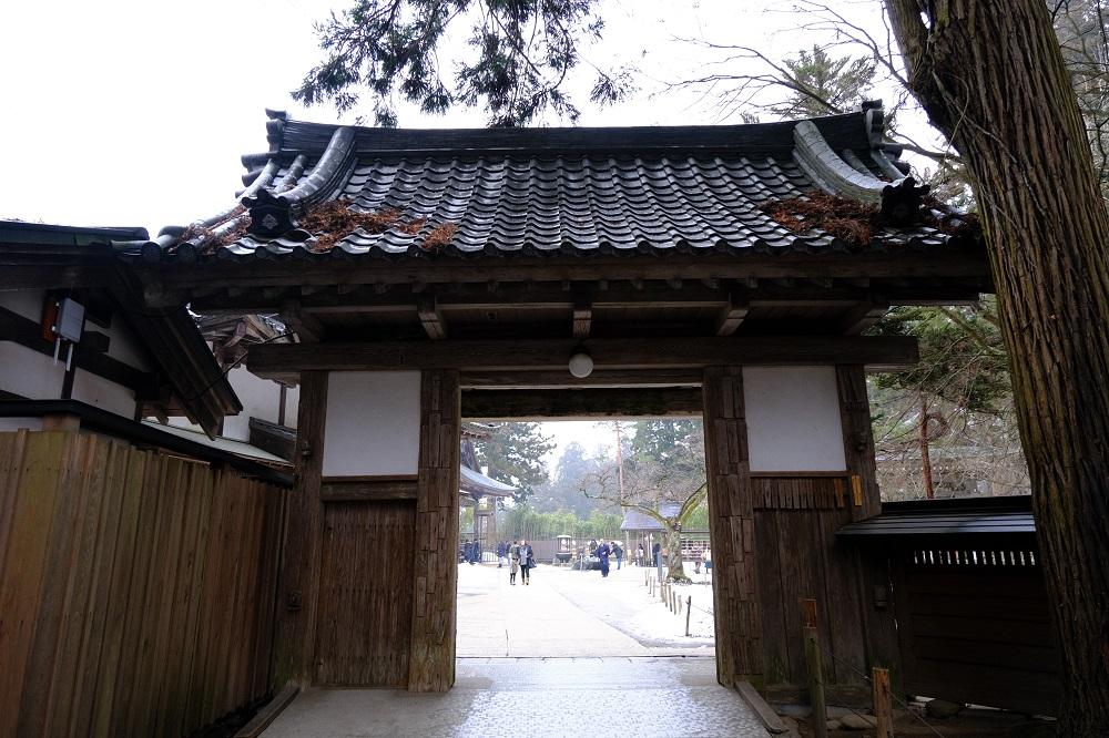 中尊寺の裏門の風景写真