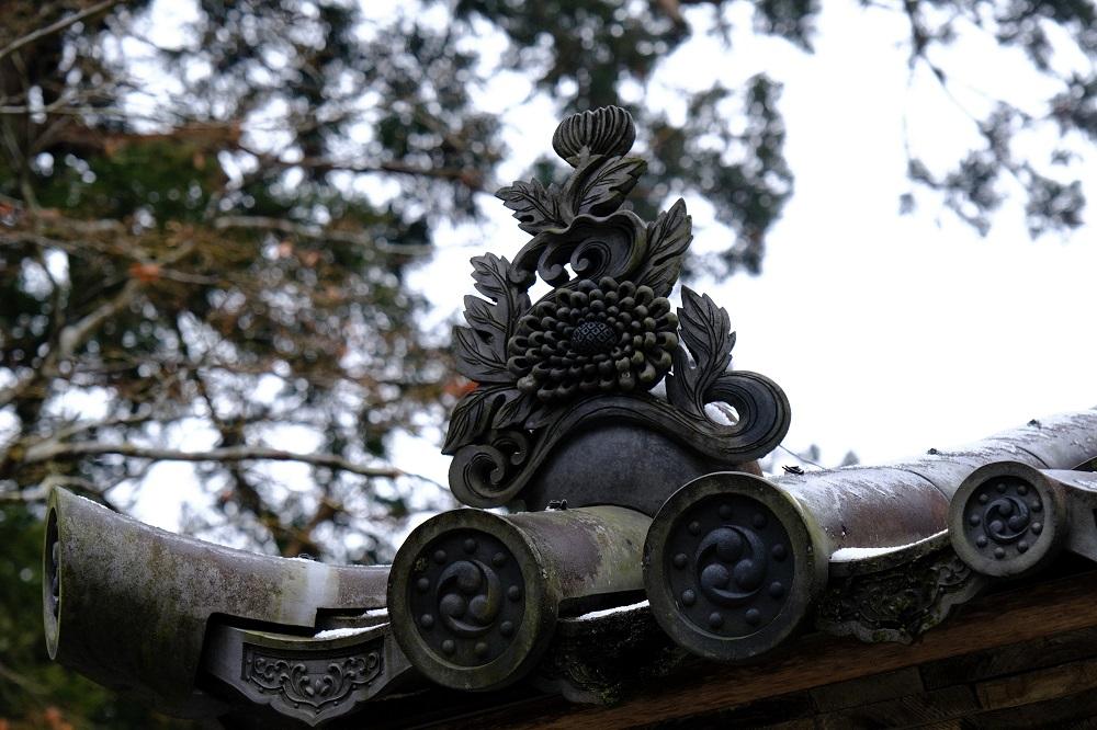 中尊寺山門の家紋と鬼瓦の風景写真