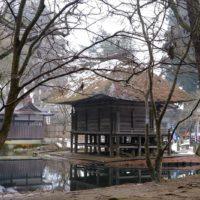 弁慶堂の池を配した写真の風景