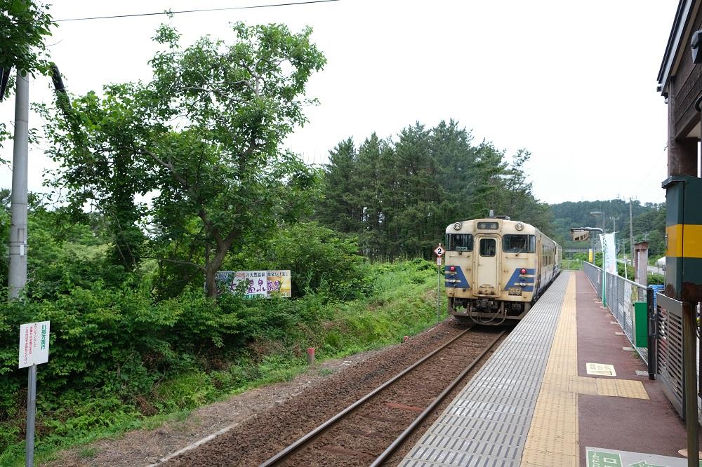 五能線の十二湖駅と電車の風景写真