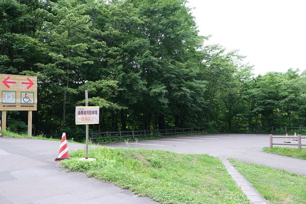 森の物産館キョロロの駐車場の写真