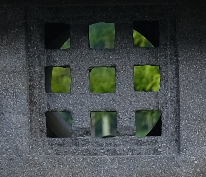 16-55F2.8で撮影した石灯篭の写真
