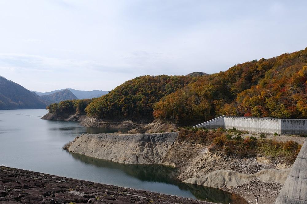 胆沢ダムの管理事務所上流を望んだ写真