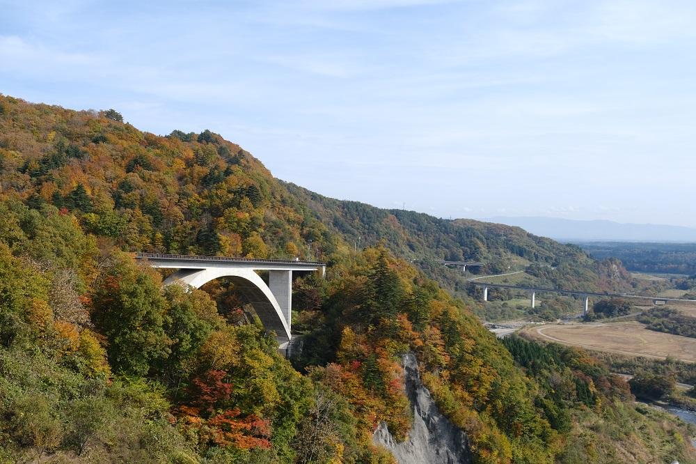 胆沢ダムの天板からの紅葉の写真