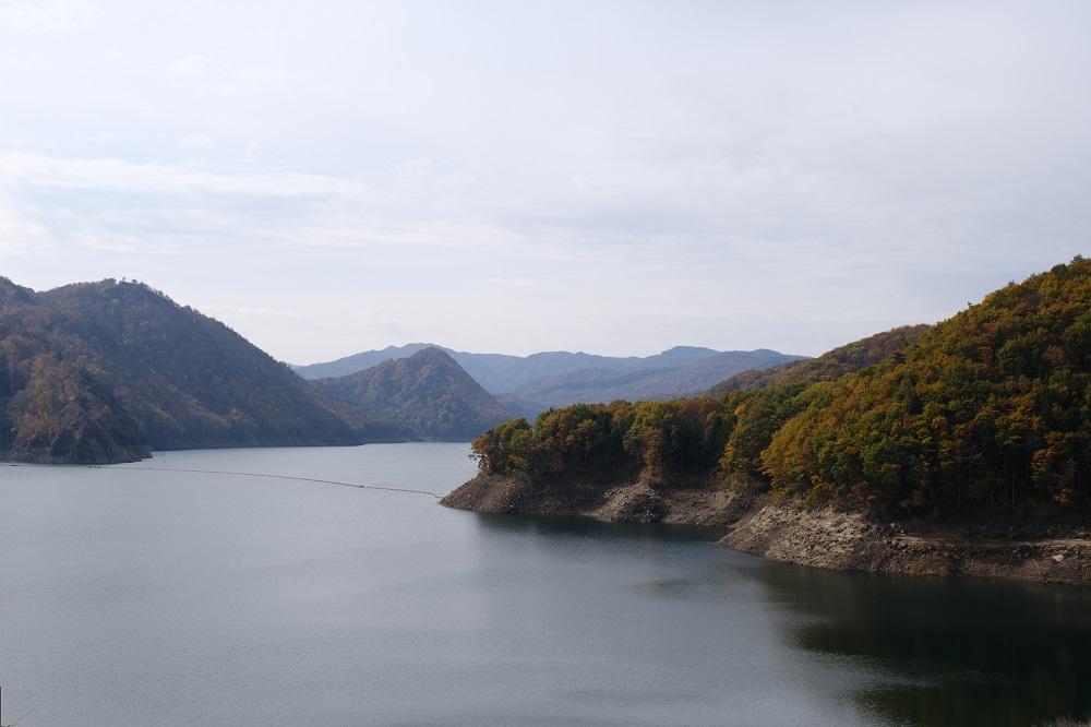 胆沢ダムの紅葉の風景写真