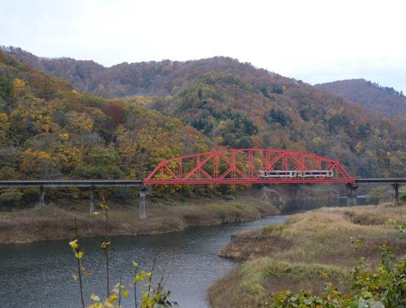 錦秋湖の赤い鉄橋を走る北上線の電車の写真!