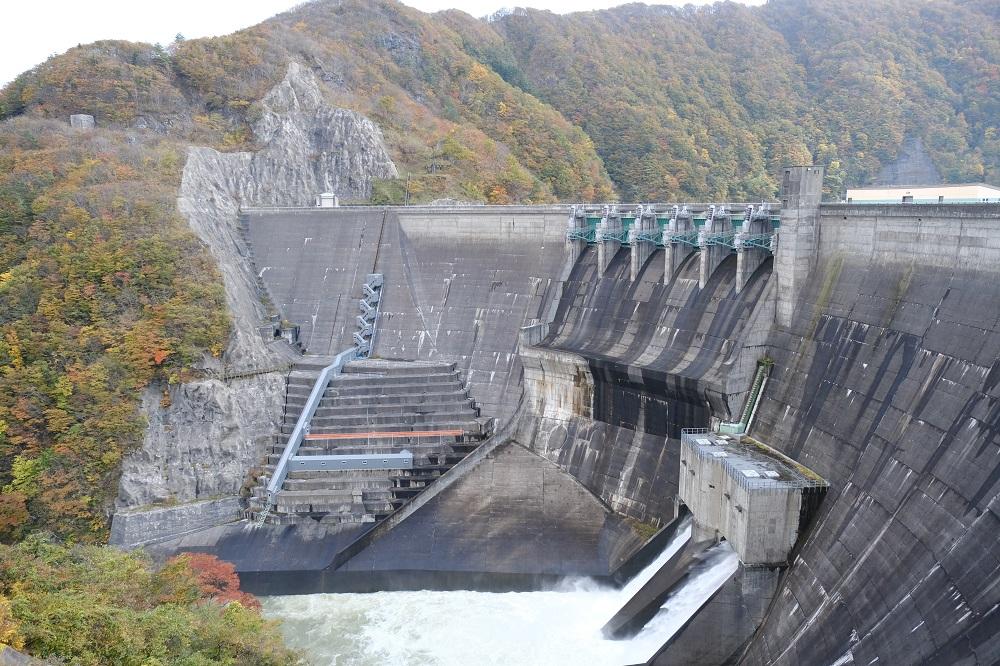2019年の湯田ダムの放流の風景写真