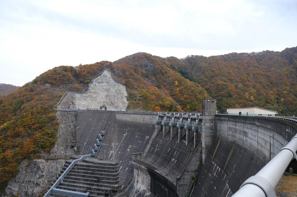 湯田ダムの全景写真