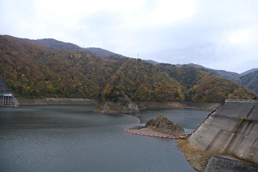 ダム本体から望んだ錦秋湖の写真